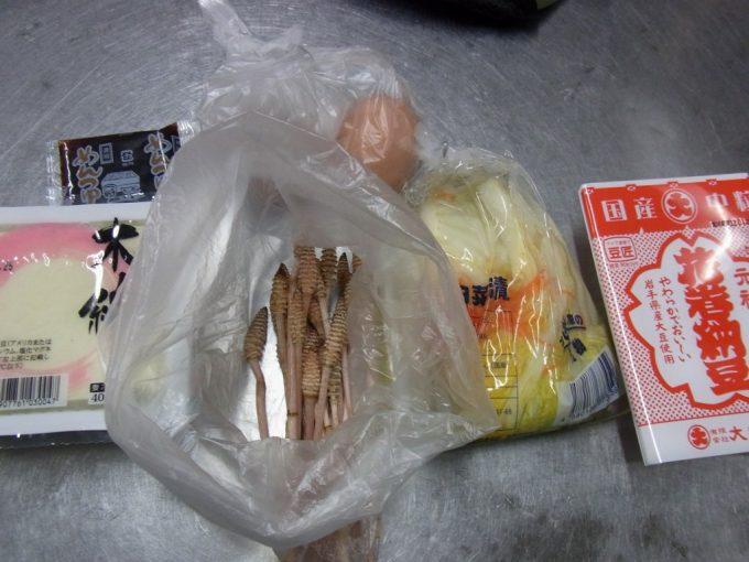 大沢温泉自炊湯治材料豆腐・卵・花巻納豆・白菜漬け・つくし