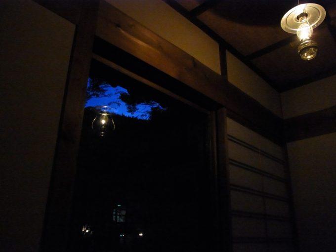 秘湯ランプの宿青荷温泉ランプの下眺める夕闇
