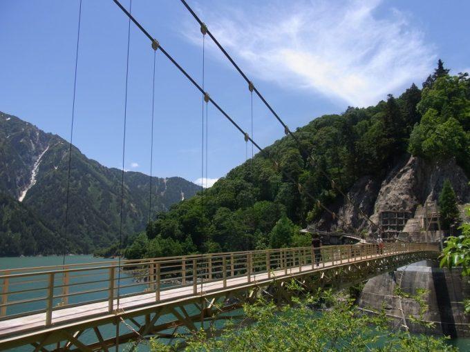 黒部湖を渡るつり橋