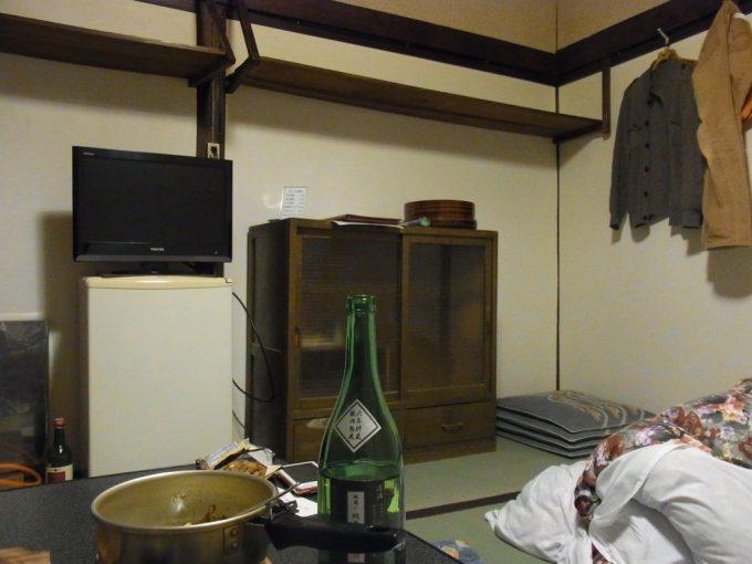 大沢温泉自炊部ほろ酔い気分で眺めるレトロな部屋