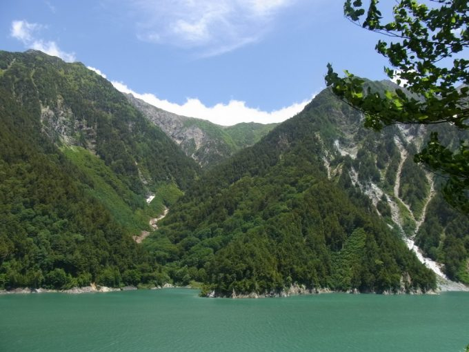 そびえるアルプスと黒部湖