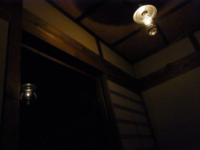 ランプの弱い灯りが部屋を照らす青荷温泉
