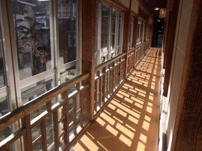 岩手花巻南温泉峡大沢温泉廊下を彩る朝日と影