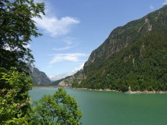 青空と青い湖黒部ダム