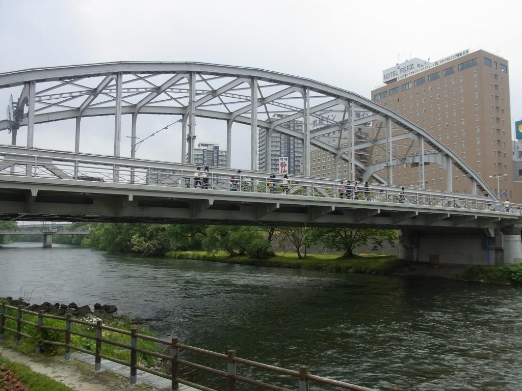 美しいアーチの歴史ある橋開運橋