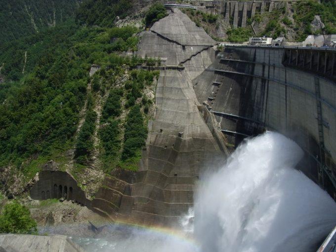 巨大な黒部ダム