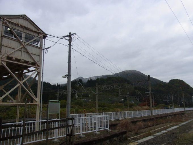 碇ヶ関駅から望む雪化粧の山