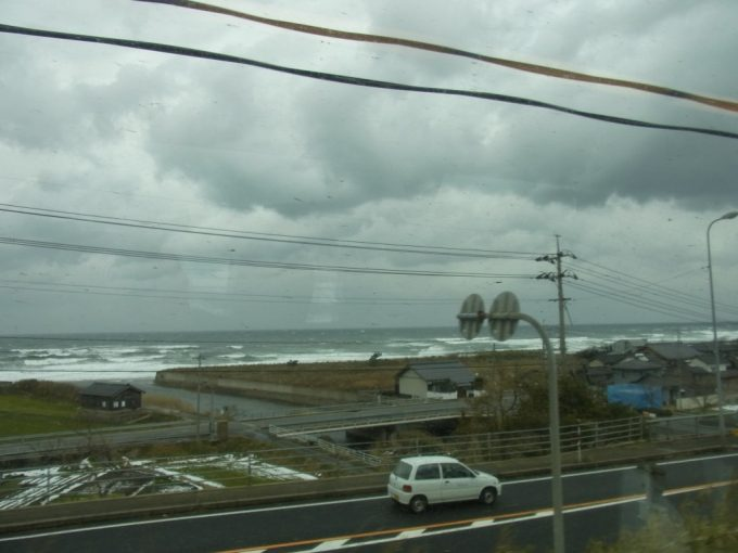 振り子車内から眺める冬の日本海