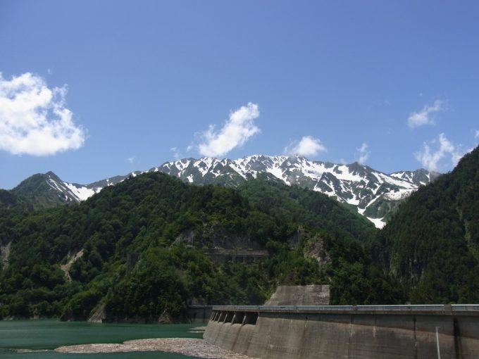 残雪のアルプスと青空、黒四ダム