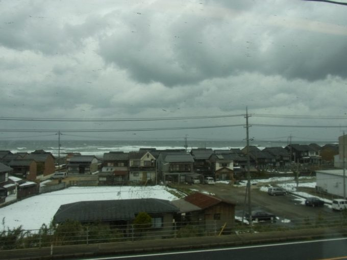 鉛色の海に低い雲、冬の山陰日本海