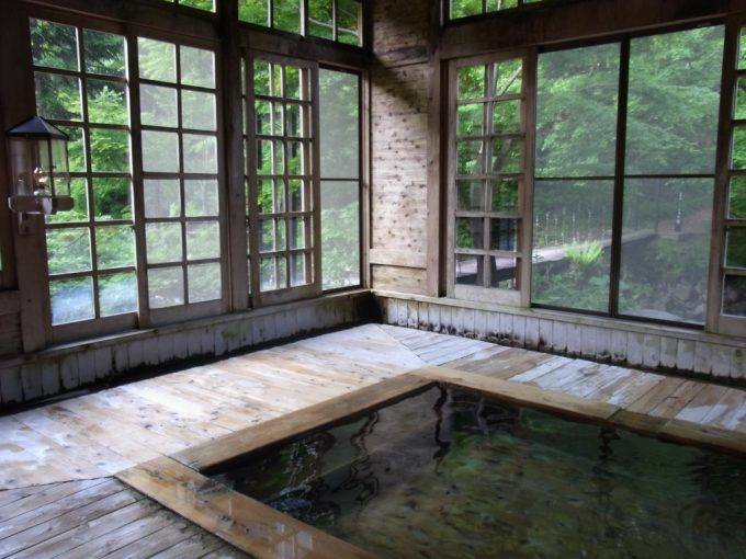 秘湯ランプの宿青荷温泉朝の健六の湯