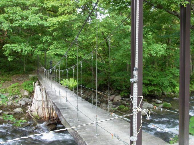 秘湯ランプの宿青荷温泉つり橋を渡り朝の散歩へ