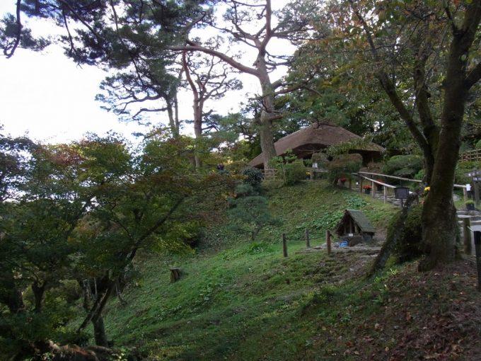 二本松城跡茅葺屋根の洗心亭