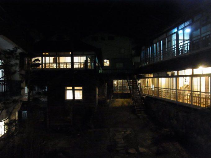 温かな光がもれる大沢温泉湯治屋の夜