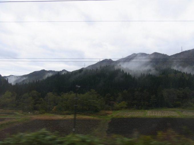 奥羽本線車窓から眺める山から霞が生まれる瞬間