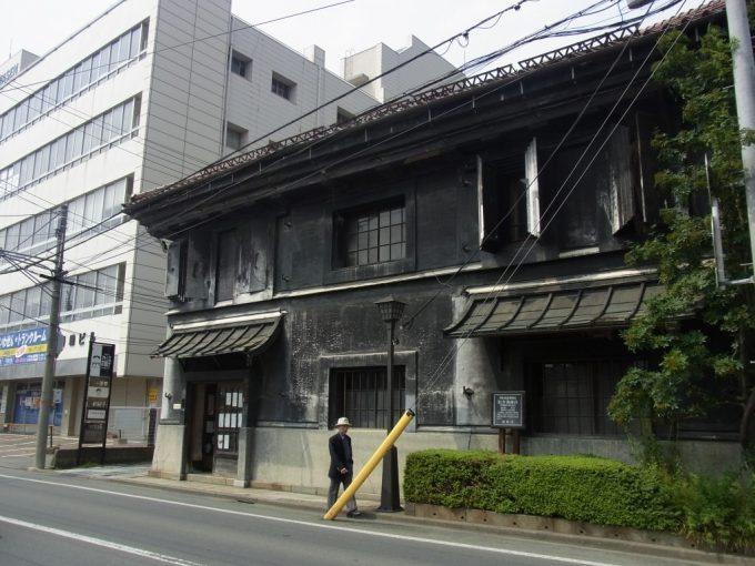 盛岡黒の漆喰壁が特徴的な旧井弥商店