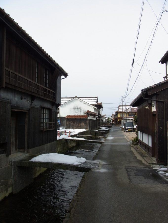 冬の倉吉白壁土蔵群・赤瓦用水路に架かる小さい橋