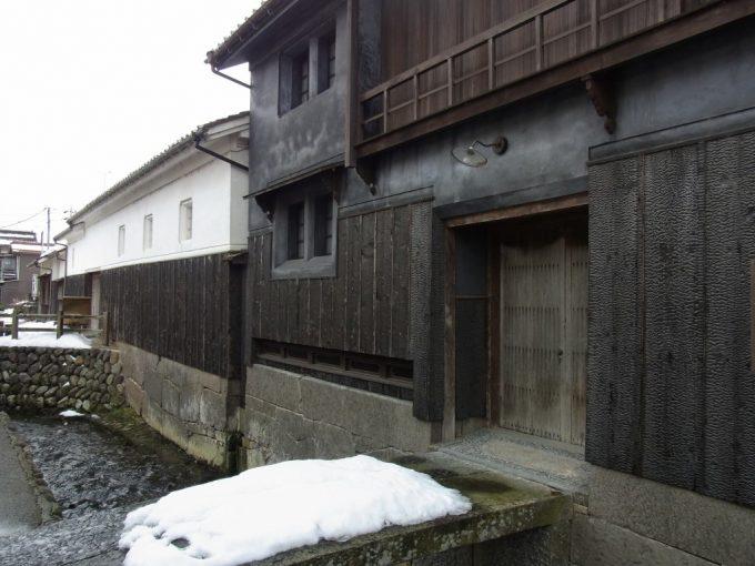 冬の倉吉白壁土蔵群・赤瓦黒い焼き杉板壁と白い雪