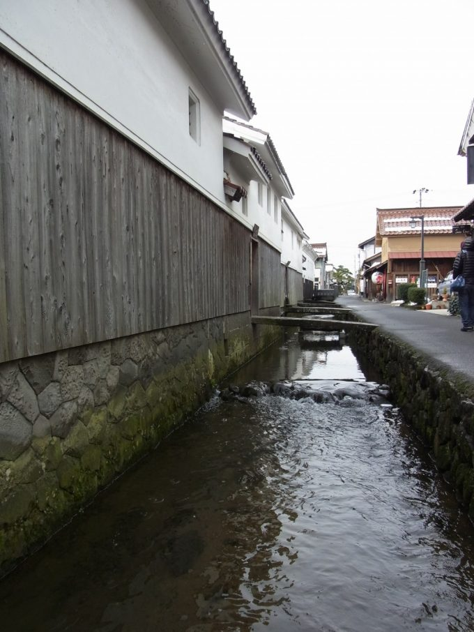 冬の倉吉白壁土蔵群・赤瓦時の止まったような用水路