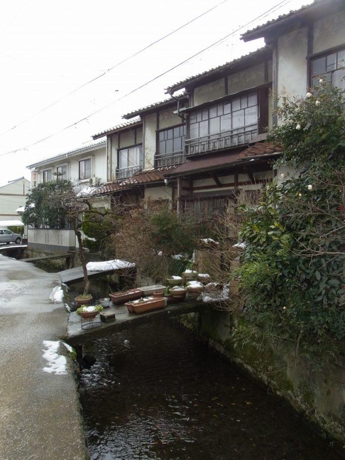 冬の倉吉家と道をつなぐ小さい橋