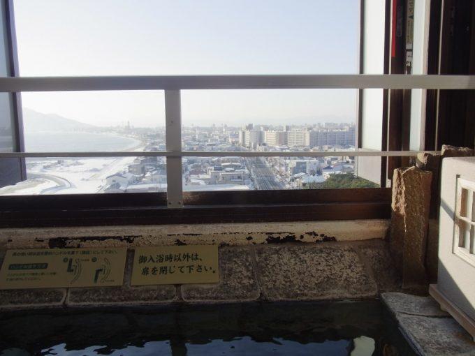 函館湯の川プリンスホテル渚亭街側客室露天風呂から眺める冬の街並み