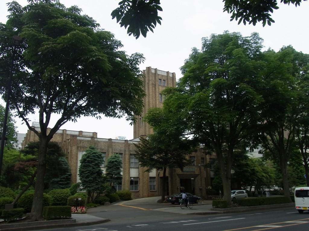 初夏の緑に覆われた岩手県公会堂