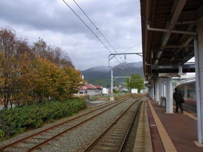 田沢湖駅ホームから眺める雪化粧をした山