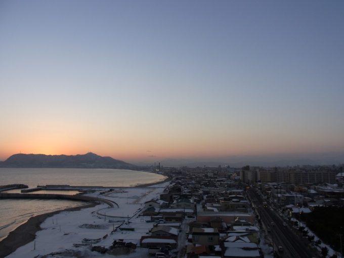 函館湯の川プリンスホテル渚亭街側客室からの冬の夕焼けと函館山