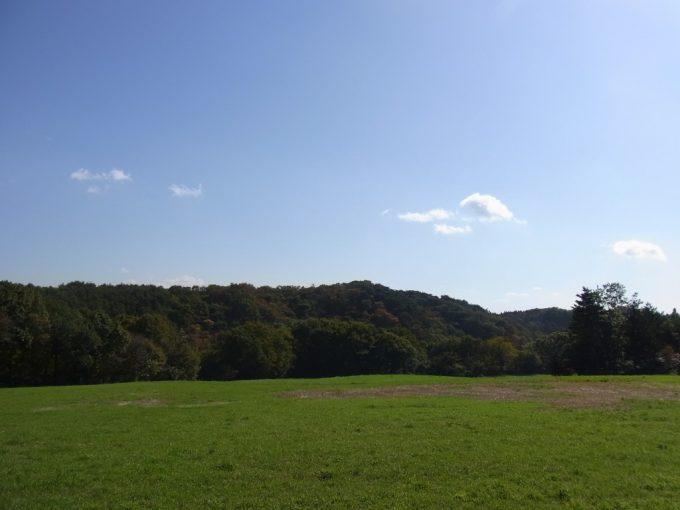 秋の福島牧草地と紅葉の山々秋の空
