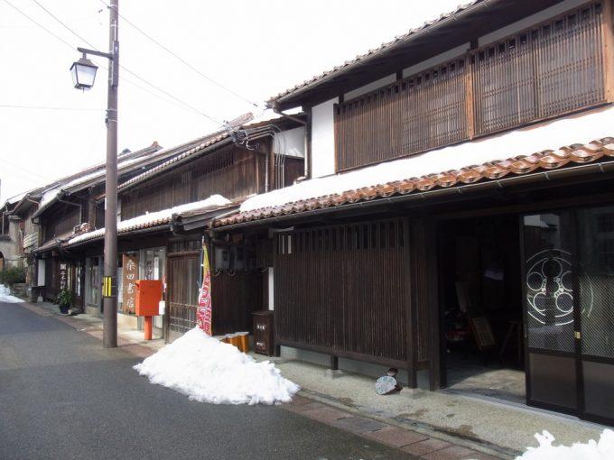 古きよき倉吉の街並み昭和の香りの赤いポスト