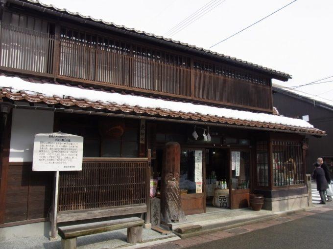 古きよき倉吉の街並み赤瓦に積もる白い雪