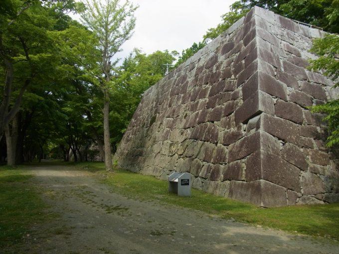 盛岡城址緻密に組まれた石垣