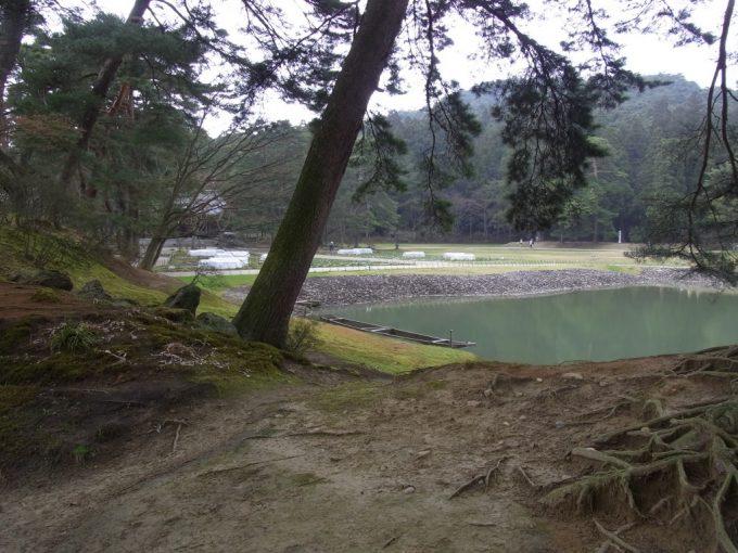 平泉毛越寺穏やかな大泉ヶ池に浮かぶ小舟