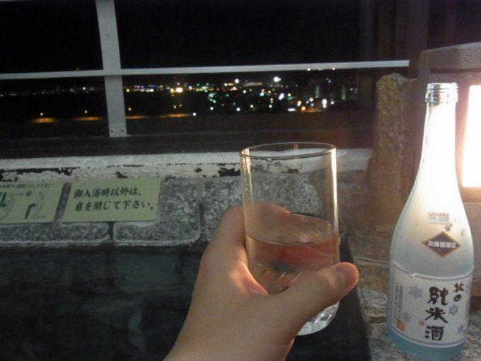 函館湯の川プリンスホテル渚亭客室露天風呂で夜景を見ながら日本酒を