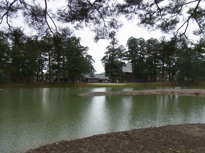 平泉毛越寺池越しの本堂