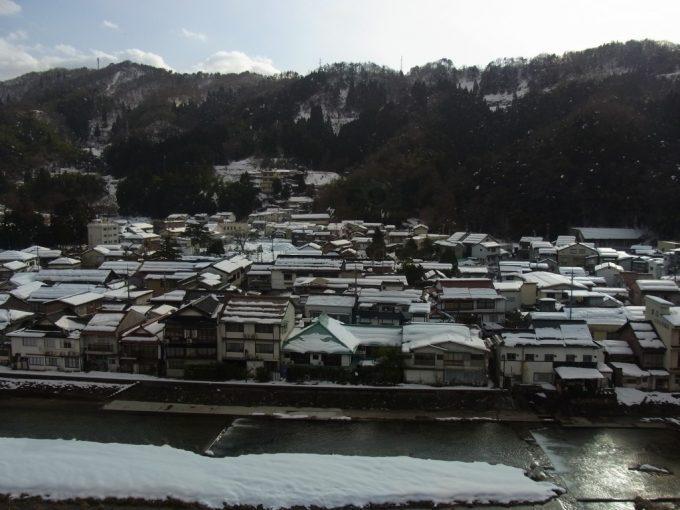 三朝温泉依山楼岩崎最上階の客室から望む雪の三朝温泉街