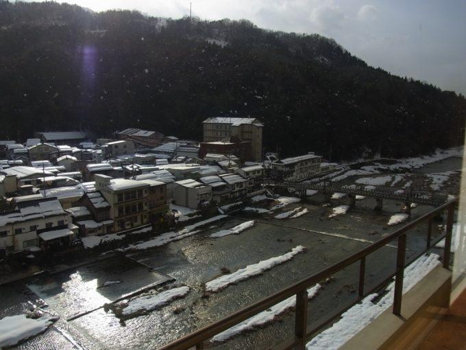 太陽に輝く冬の三朝川