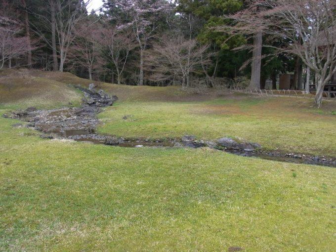 平泉毛越寺浅き春の遣水