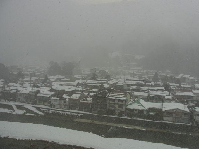 雪がちらつく冬の三朝温泉