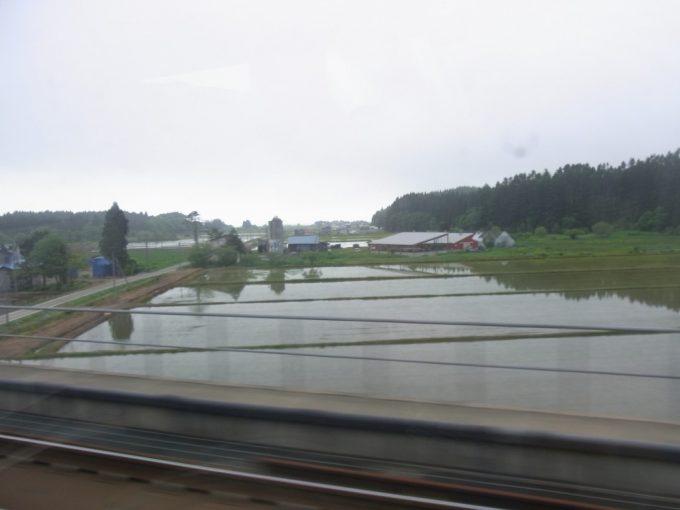 津軽海峡線特急スーパー白鳥車窓から眺める田植え前の田んぼ