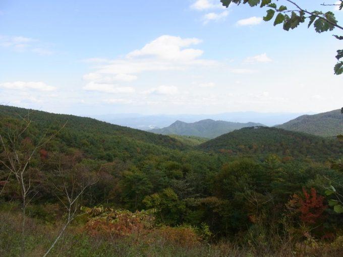 秋の空と色づく山並み