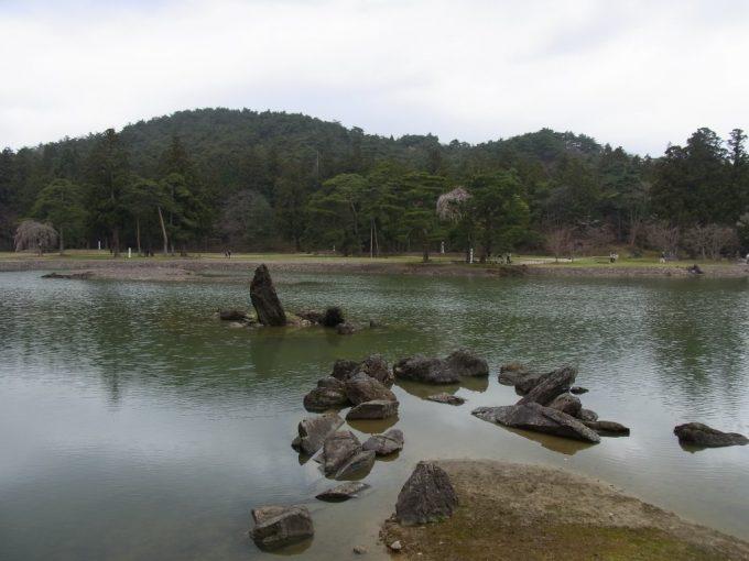 平泉毛越寺荒磯を表現する池中立石