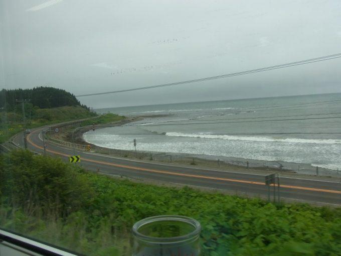 海岸線を走る津軽海峡線の車窓
