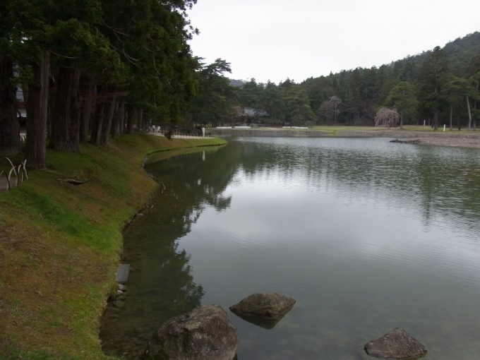 春の平泉毛越寺穏やかな曲線を描く芝と大泉ヶ池