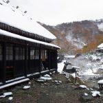 乳頭温泉郷黒湯雪と紅葉黒壁の自炊部茅葺長屋