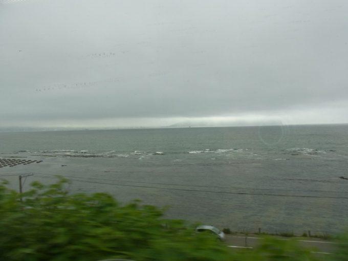 特急スーパー白鳥車窓雲に隠れる函館山