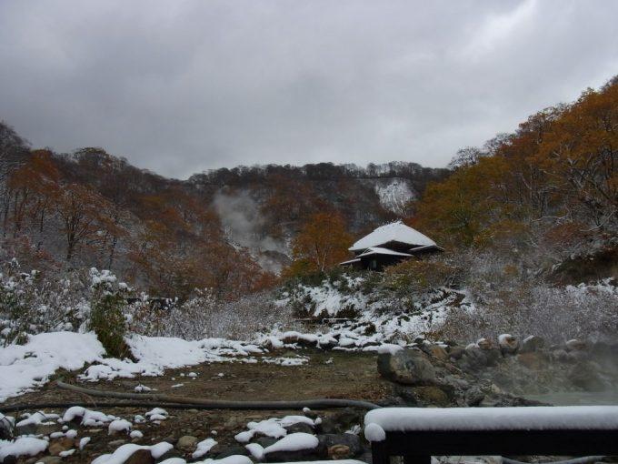 乳頭温泉郷黒湯温泉別荘と紅葉雪景色