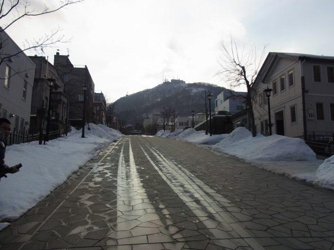 冬の函館急坂の八幡坂を見上げる