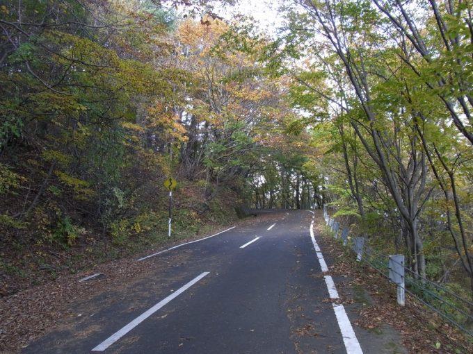 紅葉に染まる土湯峠への旧道