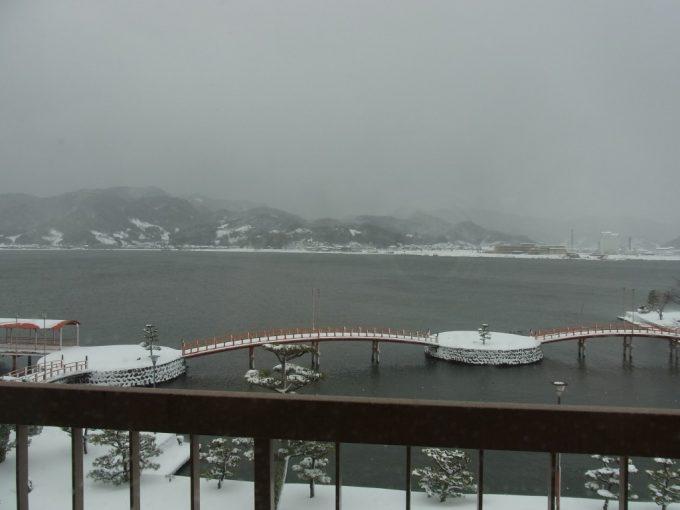 はわい温泉羽衣客室から望む東郷湖雪景色